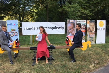 Enthousiaste Kamerleden bij de actieplek tegenover de nieuwe Tweede Kamer: Anne Kuik (CDA), Jan Klink (VVD) en Alexander Hammelburg (D66). Ook Don Ceder (CU) schoof aan. 15 kinderrechtenorganisaties waaronder Terre des Hommes willen meer kinderrechten in het regeerakkoord