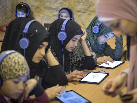 Meisjes in Libanon krijgen les met behulp van een iPad.