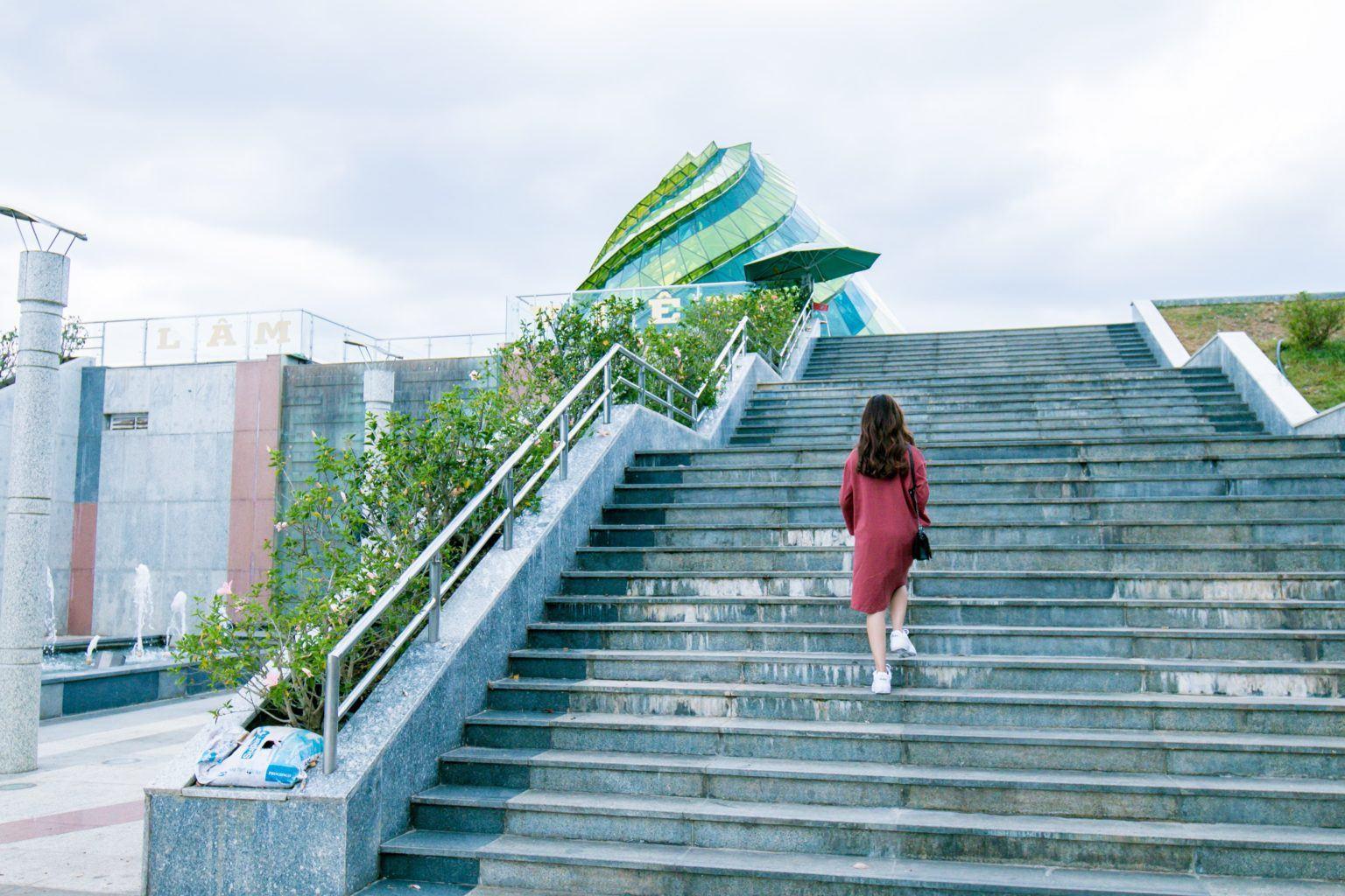 Frau auf Treppen