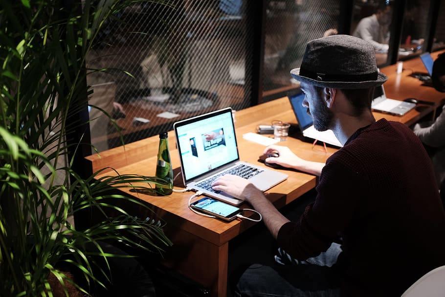 Online JObs: Mann arbeitet am Laptop