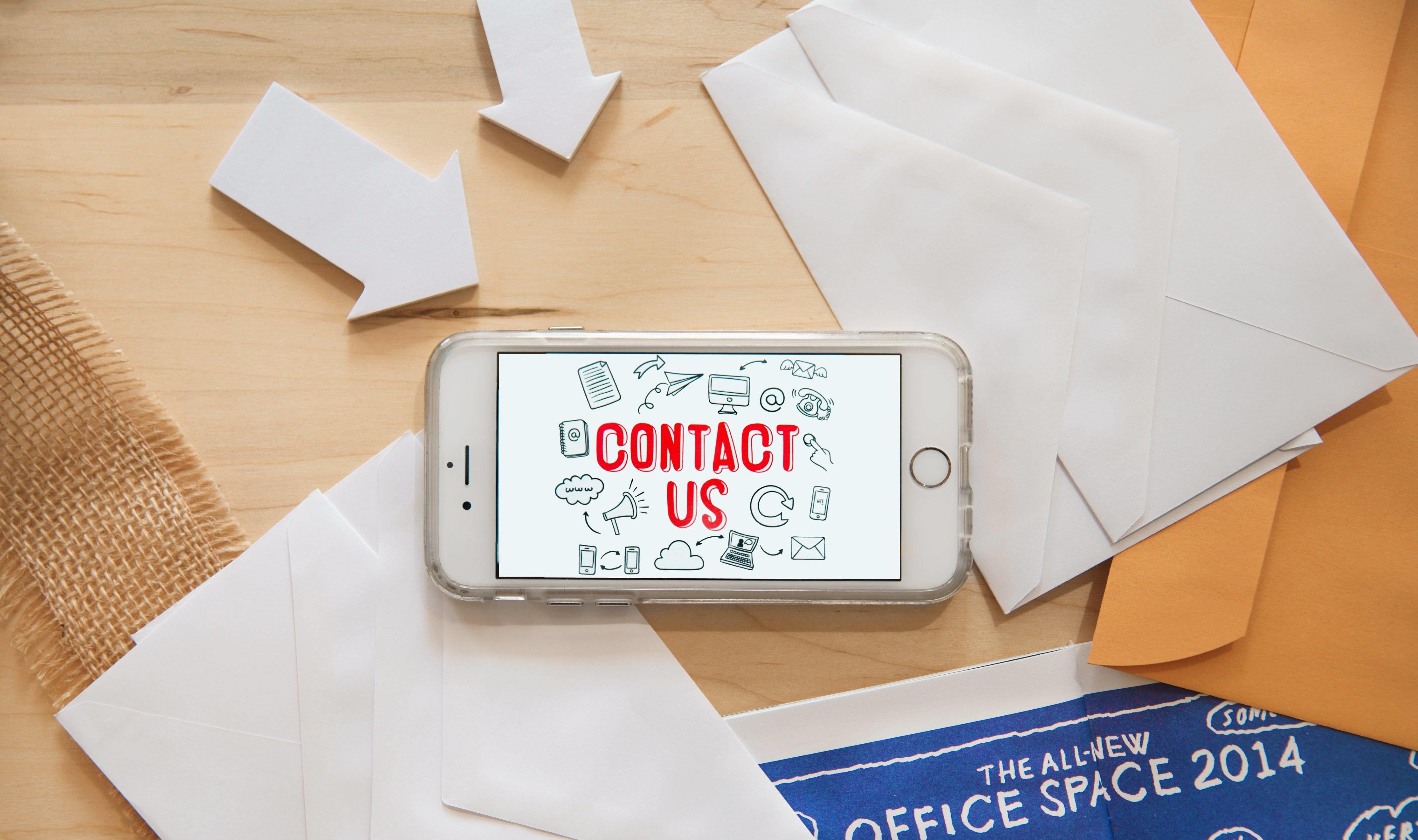 Kundenservice - Tisch mit Briefen und Handy