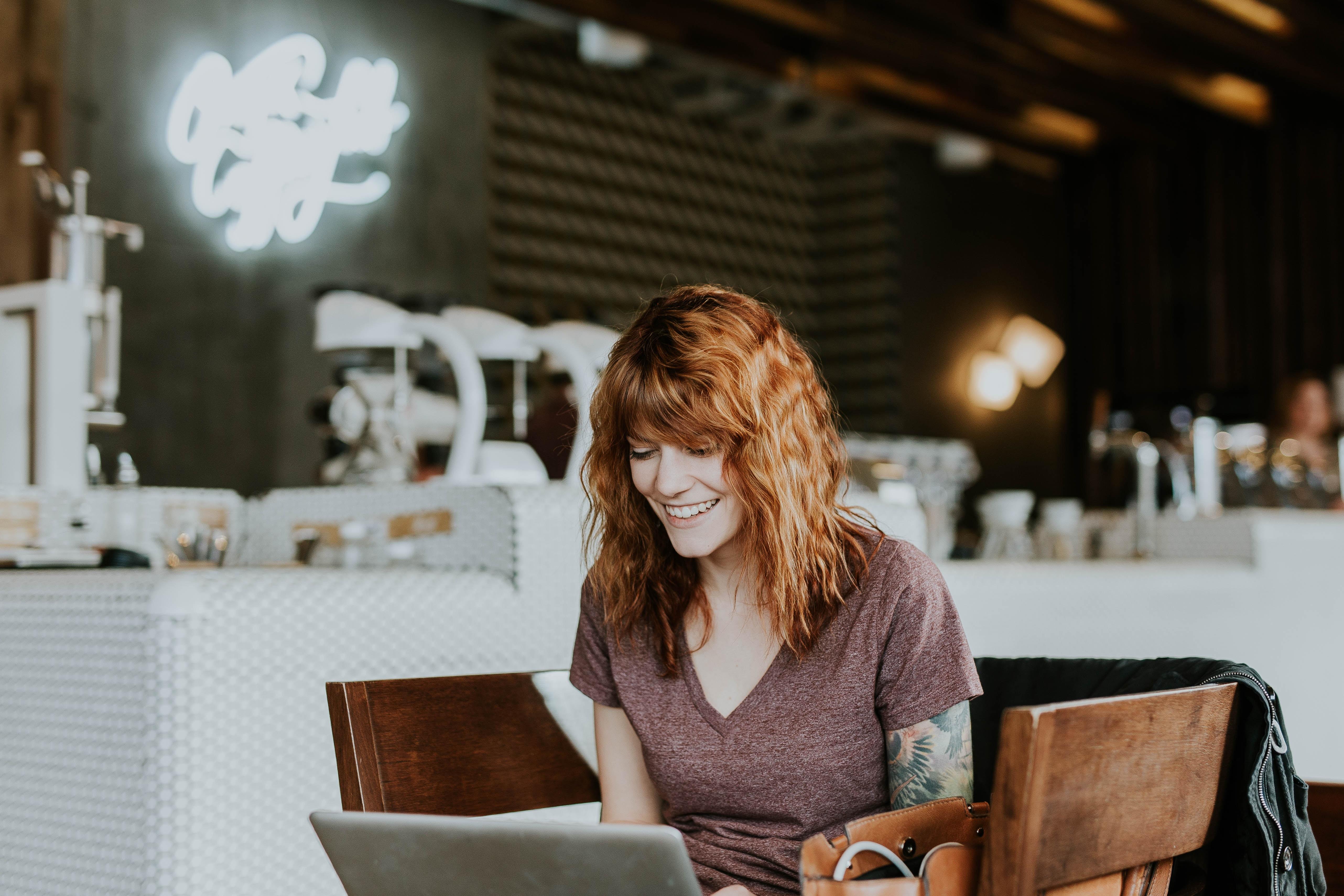 Frau im Café mit Laptop