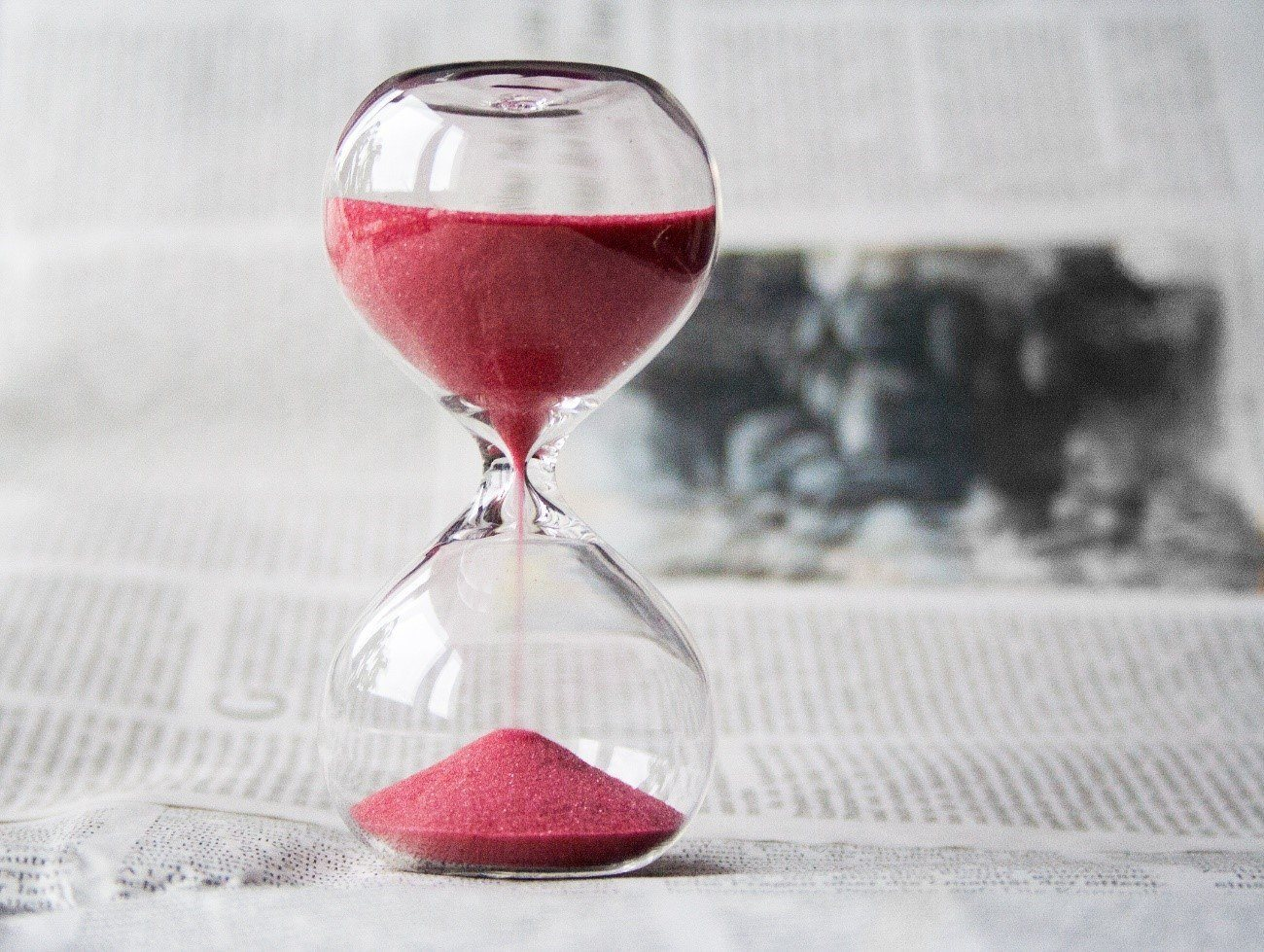Prokrastination - Sanduhr mit rotem Sand