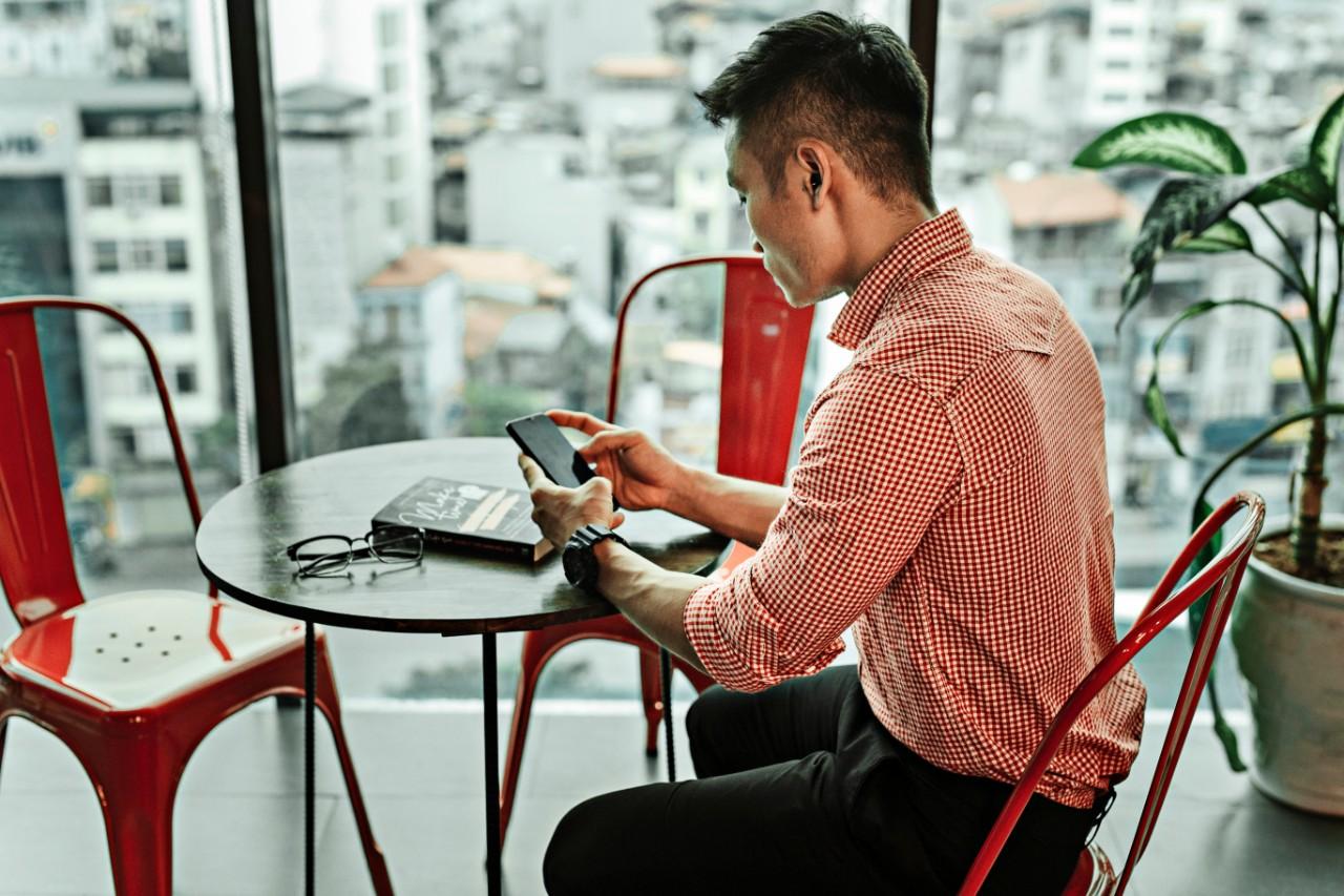 Mitos e verdades sobre e-mail marketing: homem usando smartphone