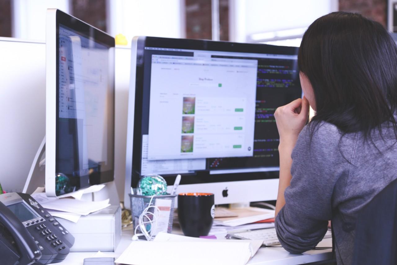 Mitos e verdades sobre marketing de afiliados: mulher trabalhando em computador