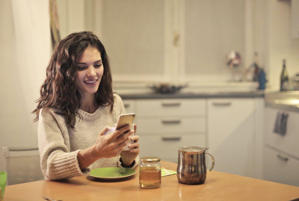 O que é Pinterest e como ele funciona: mulher acessando smartphone