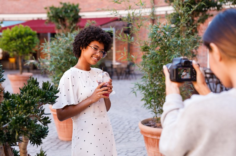 Uma fotógrafa que vende muito mais do que fotografias