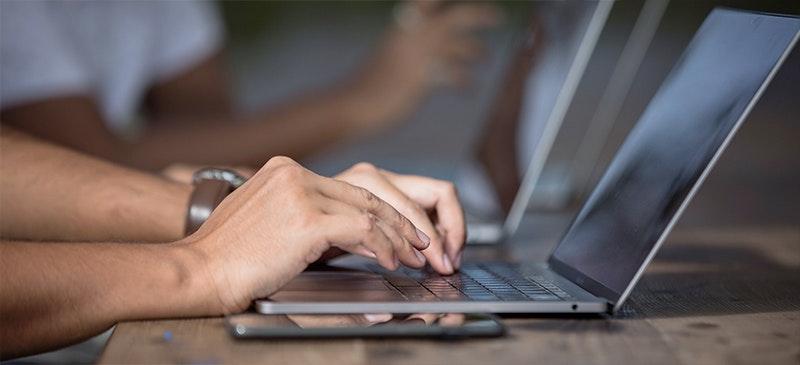 Quelqu'un travaillant sur ordinateur