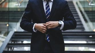 Photographie d'un homme en costume cravate, un expert