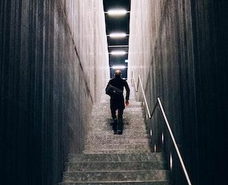 Homme qui monte un escalier