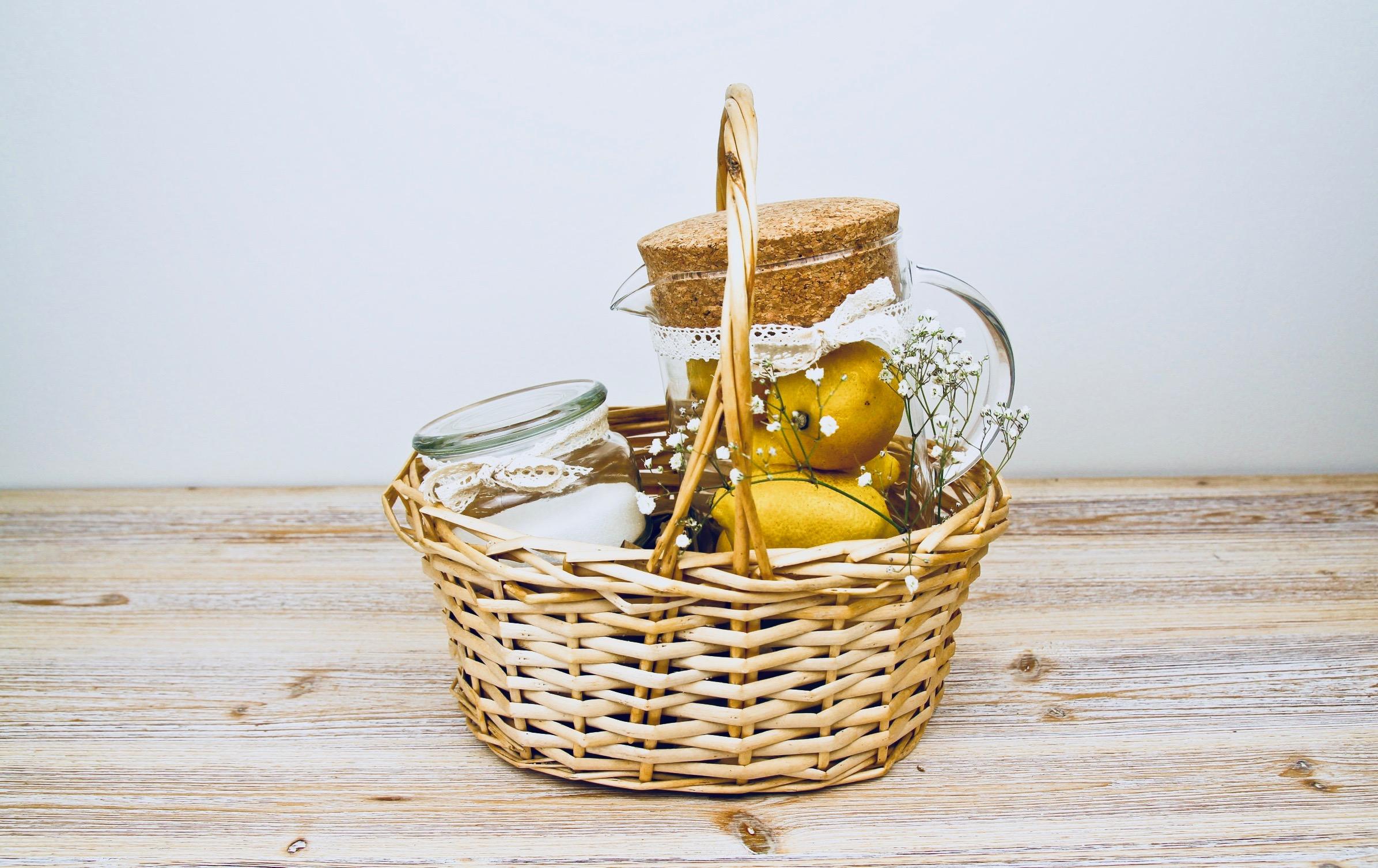 Presentkorg med citroner, socker och kanna för hemgjord lemonad
