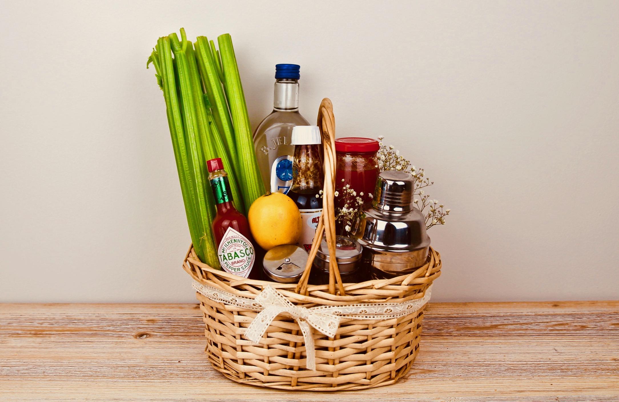 Presentkorg med vodka, celleri, citron och andra tillbehör för Bloody Mary-drinkar