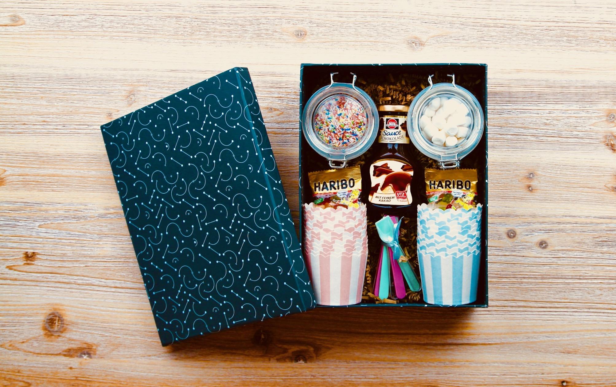 Presentkorg med glassbägare, strössel och godis för glassportioner
