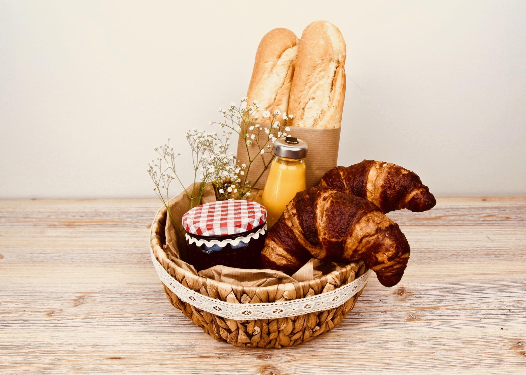 Presentkorg med croissanter, sylt och baguetter