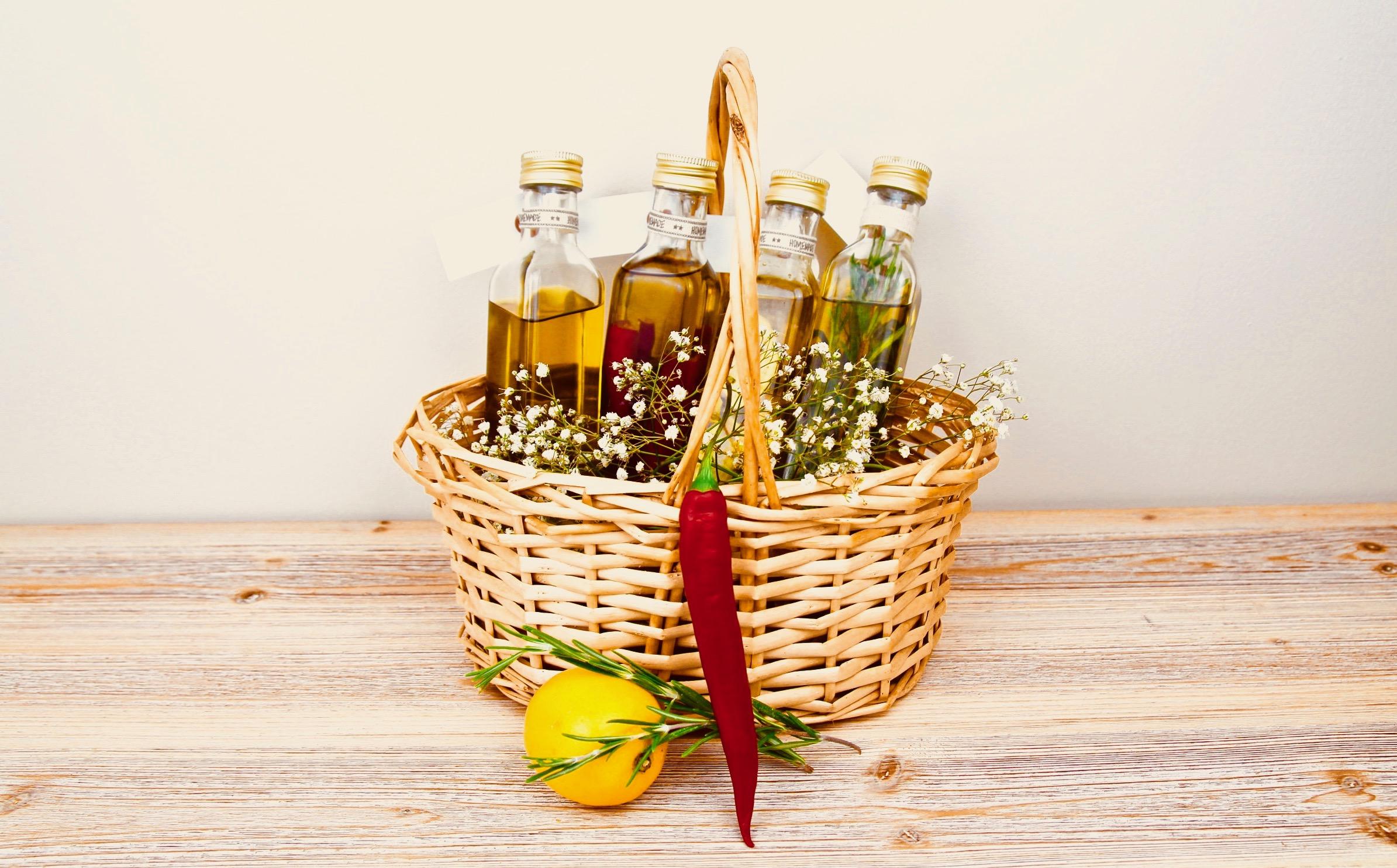 Presentkorg med tillbehör för smaksatt olivolja