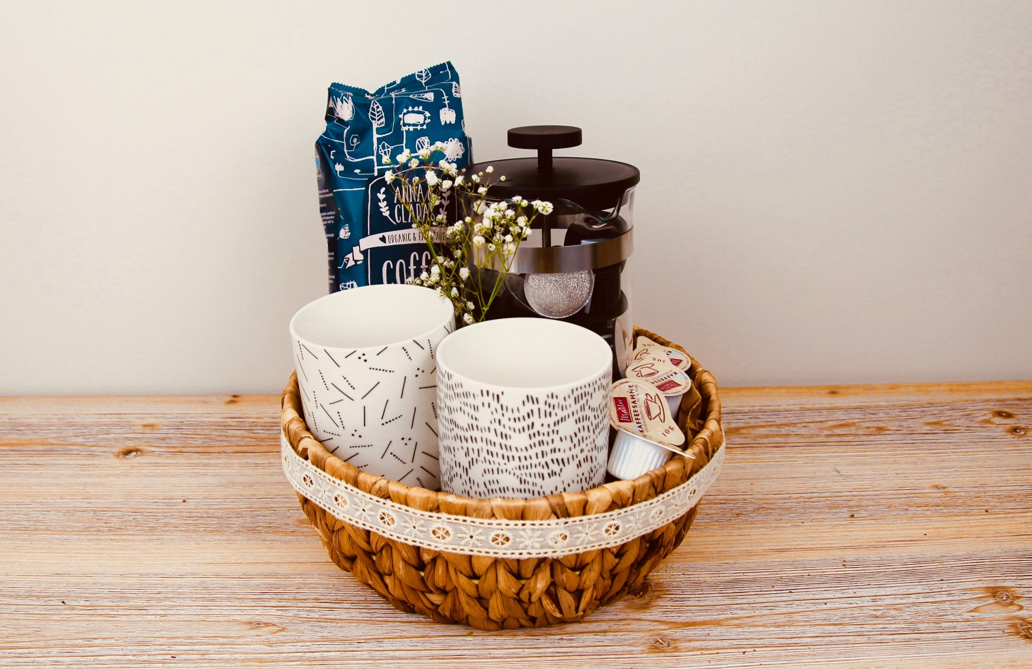 Presentkorg med kaffe, kaffekokare och muggar