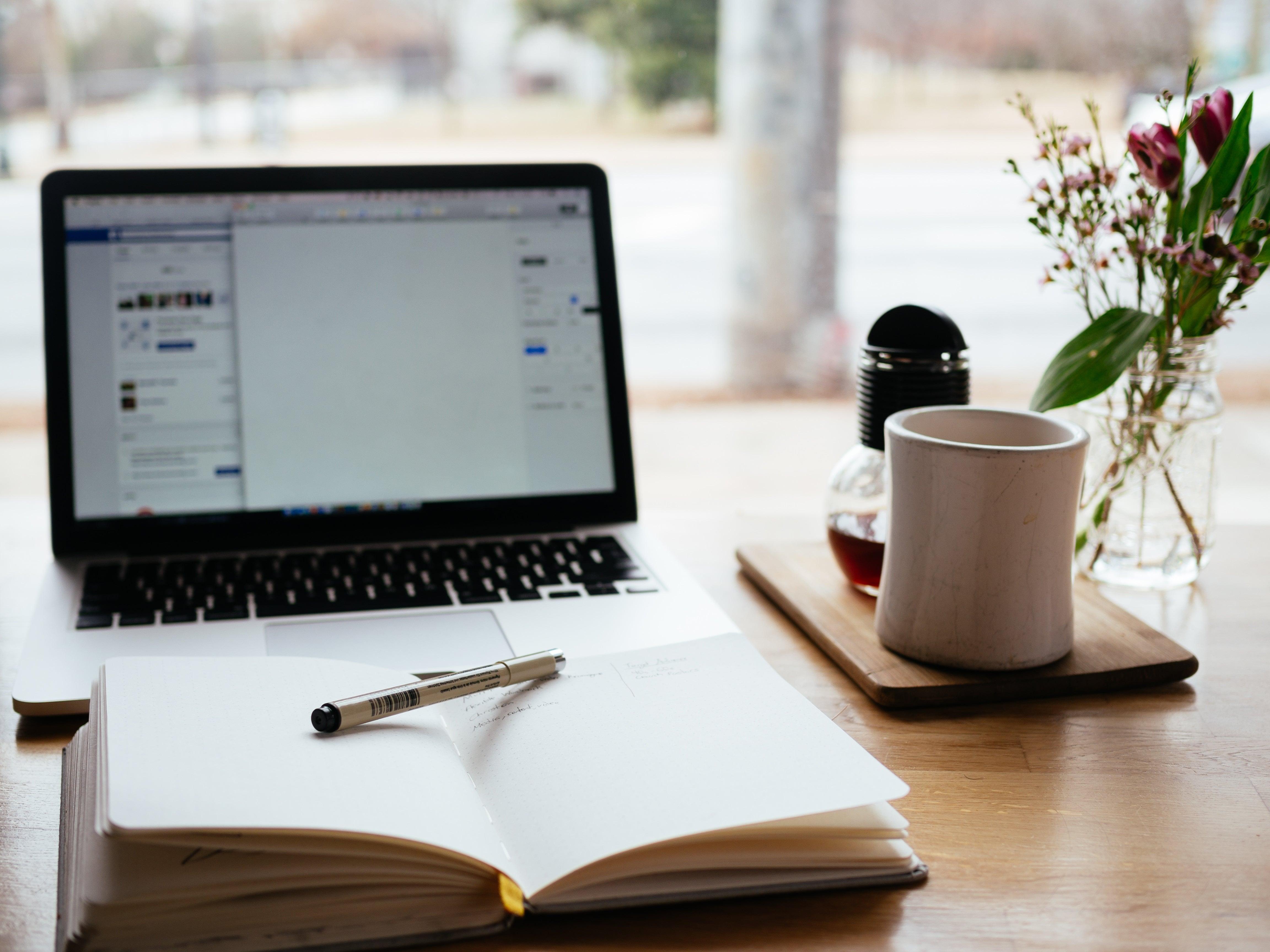 Bärbar dator, häfte och penna - god planering är en förutsättning när det gäller att hitta en flyttfirma med förmånligt pris