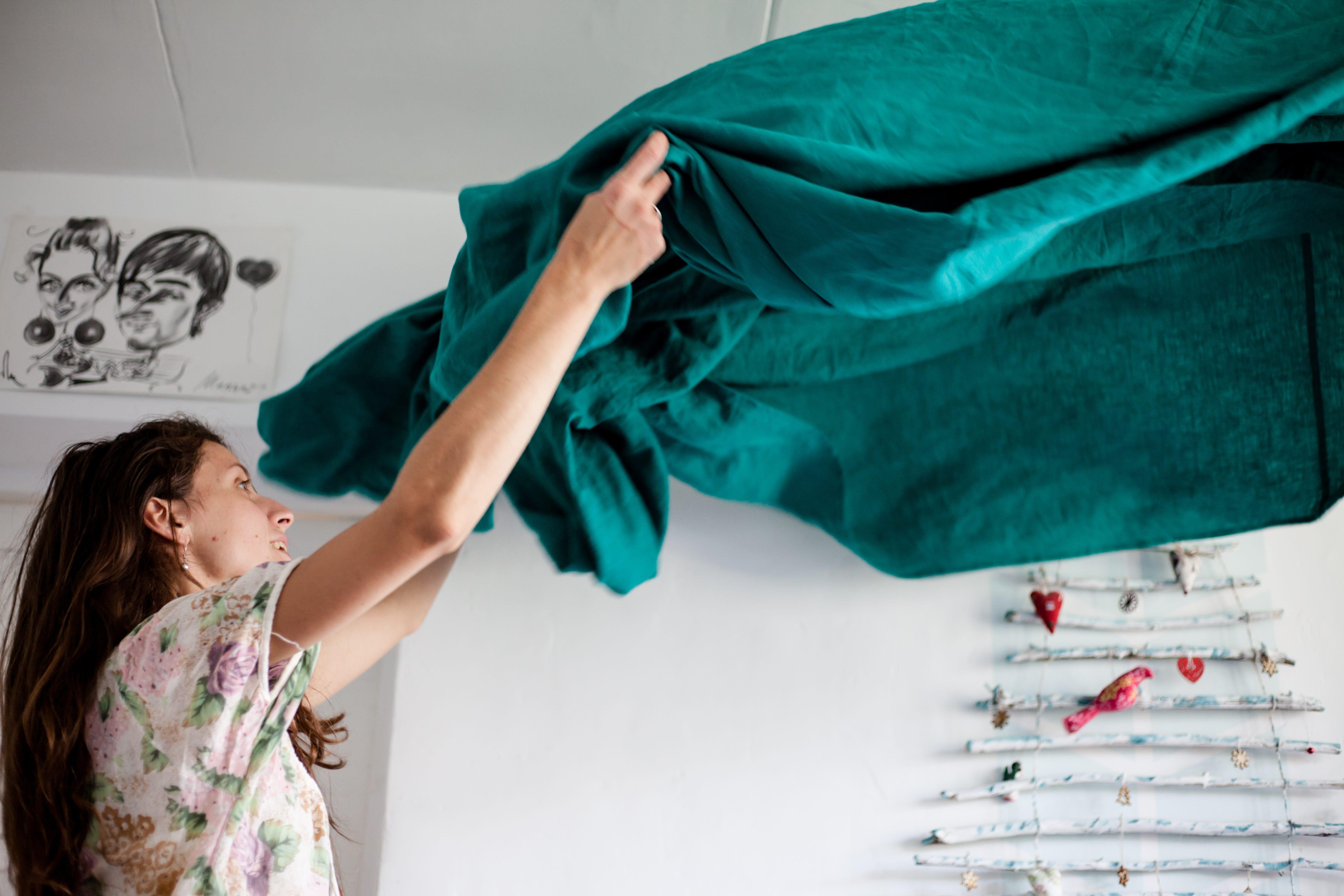 Kvinna som reder upp hemma