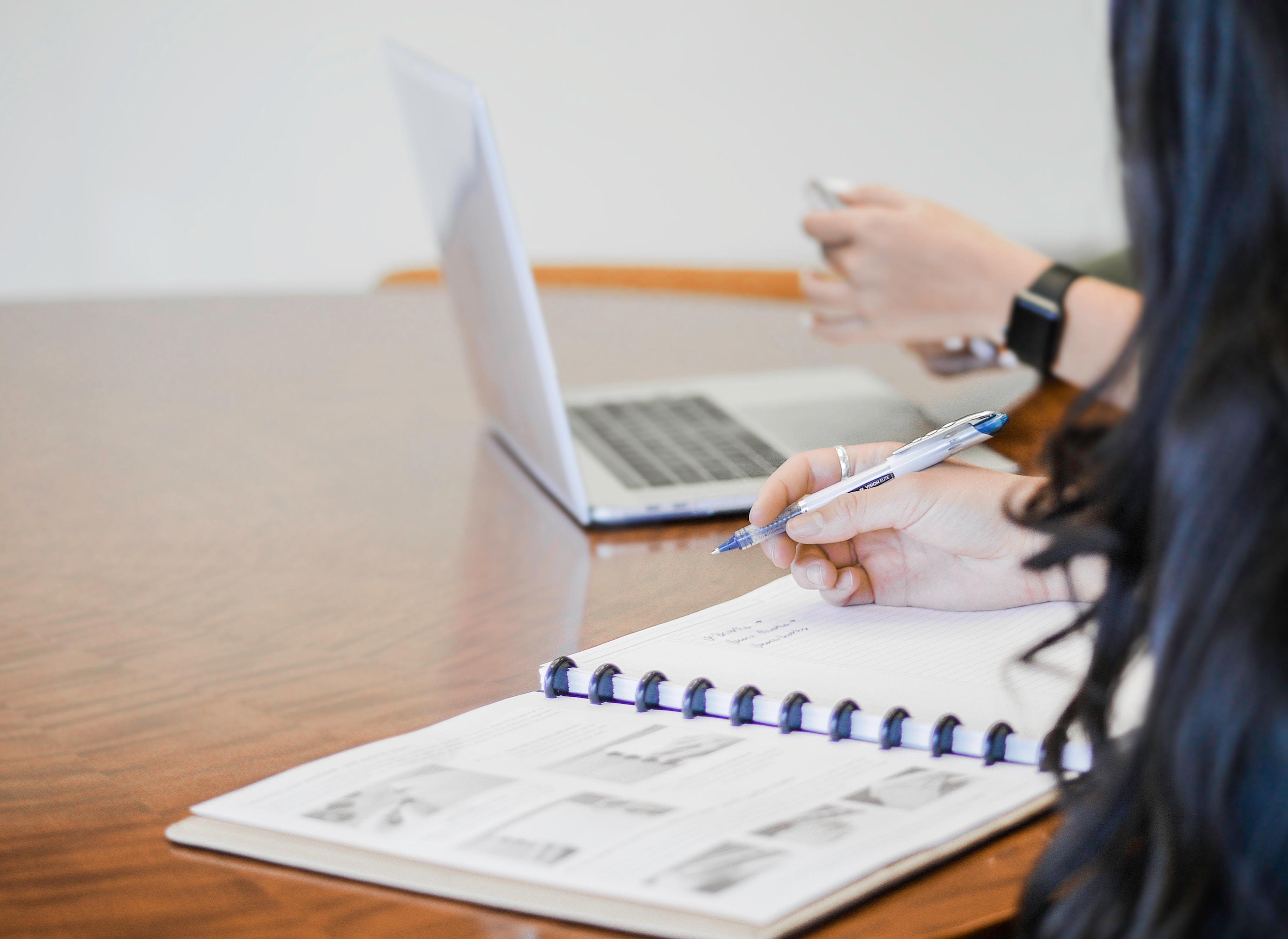 Personer som sitter vid bord med kalender och dator och utreder sina möjligheter att utnyttja rutavdraget för flytt