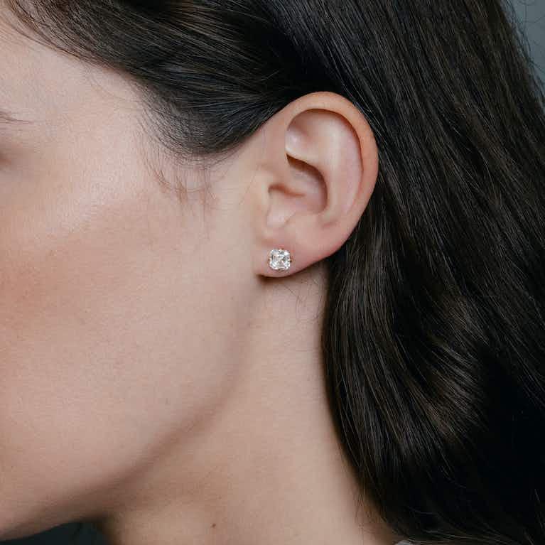 Closeup image of Clou d'oreille Iconic VRAI