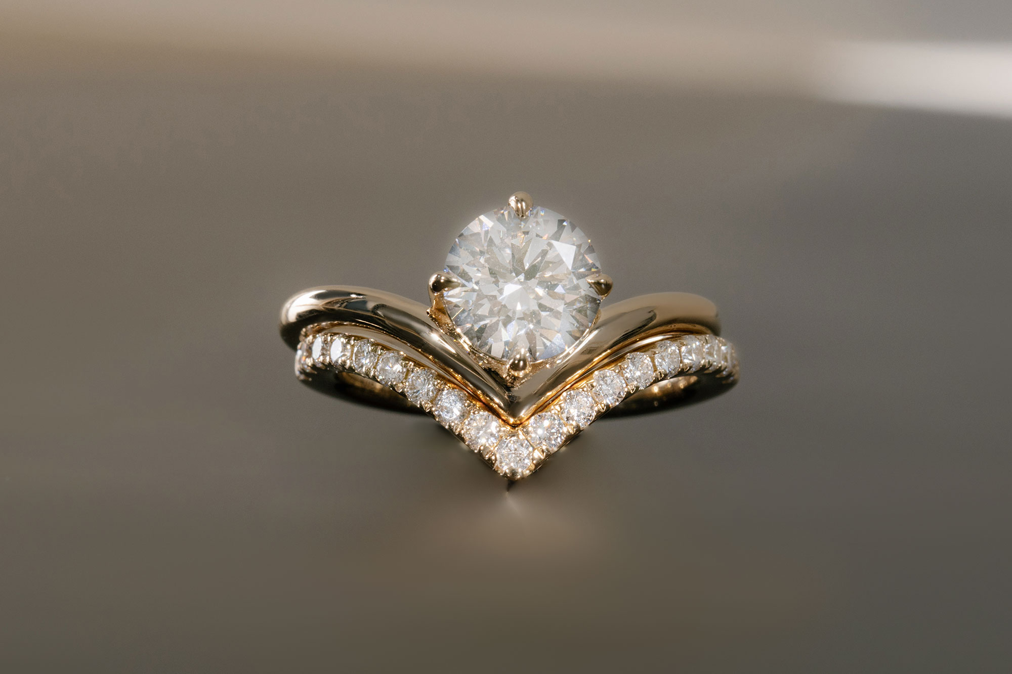 The round brilliant signature v engagement ring with yellow gold band