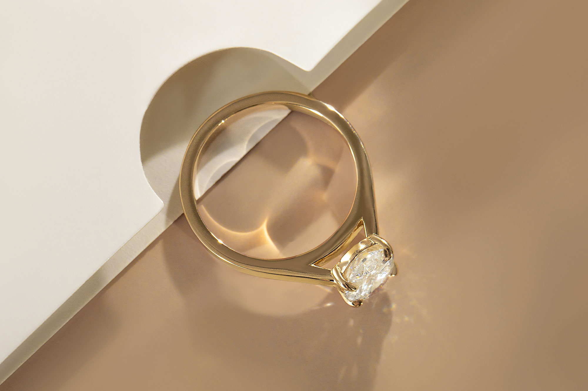 The round brilliant cathedral engagement ring with yellow gold band