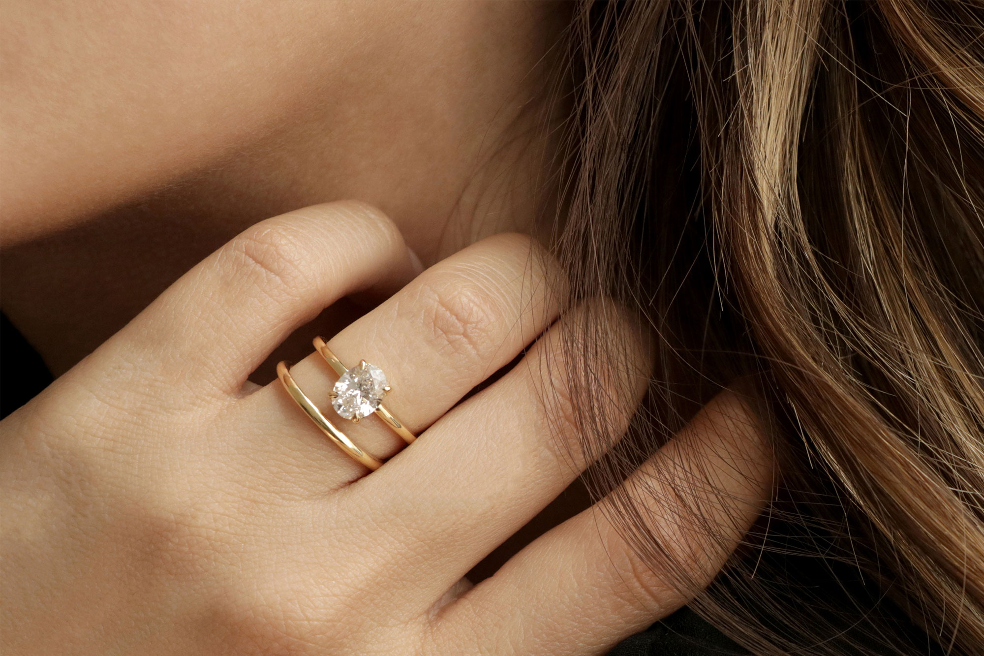 The oval signature with yellow gold band