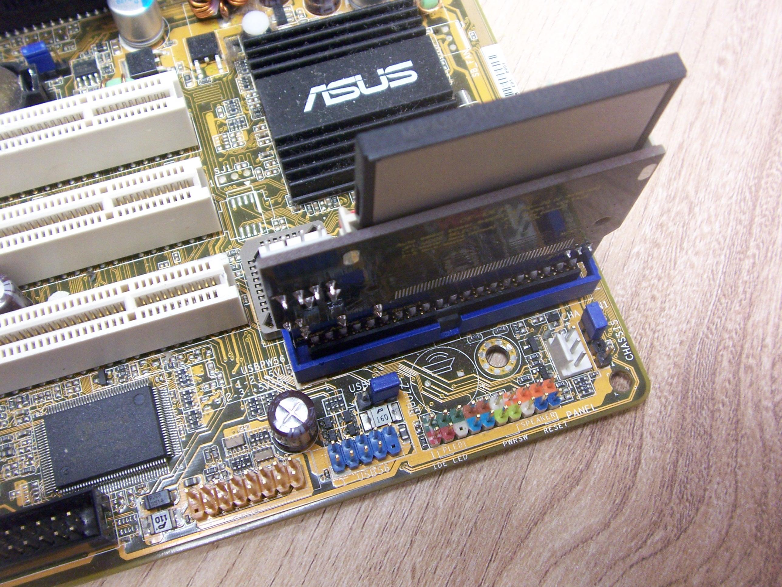 Karta CF wpięta bezpośrednio w port IDE płyty głównej za pomocą przejściówki.