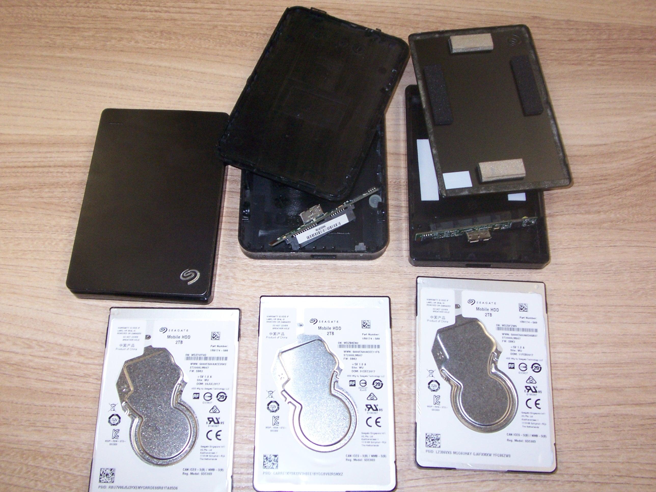 Trzy dyski Seagate Mobile HDD wraz z obudowami Seagate Backup Plus Portable Drive i Maxtor M3 Portable