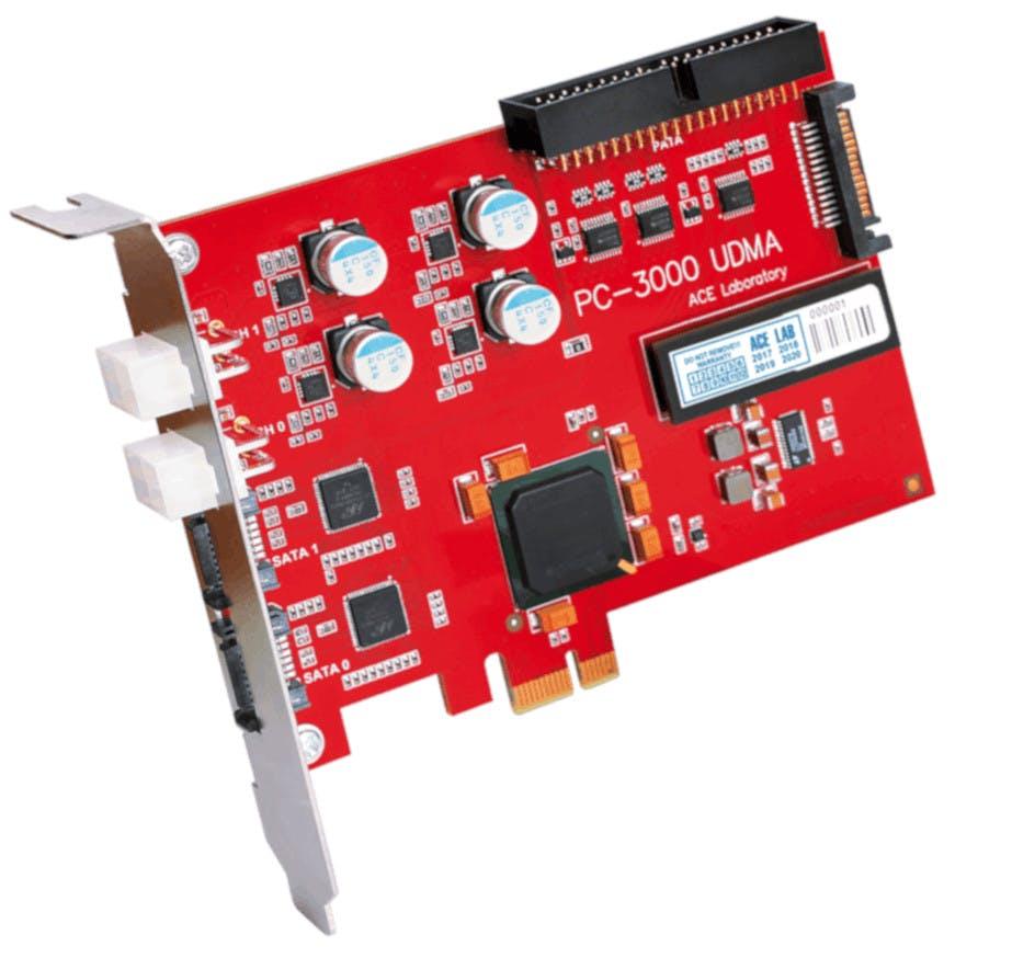 Kontroler PC3000UDMA, laminat płytki drukowanej w kolorze czerwonym, widoczne złącze PCIe.