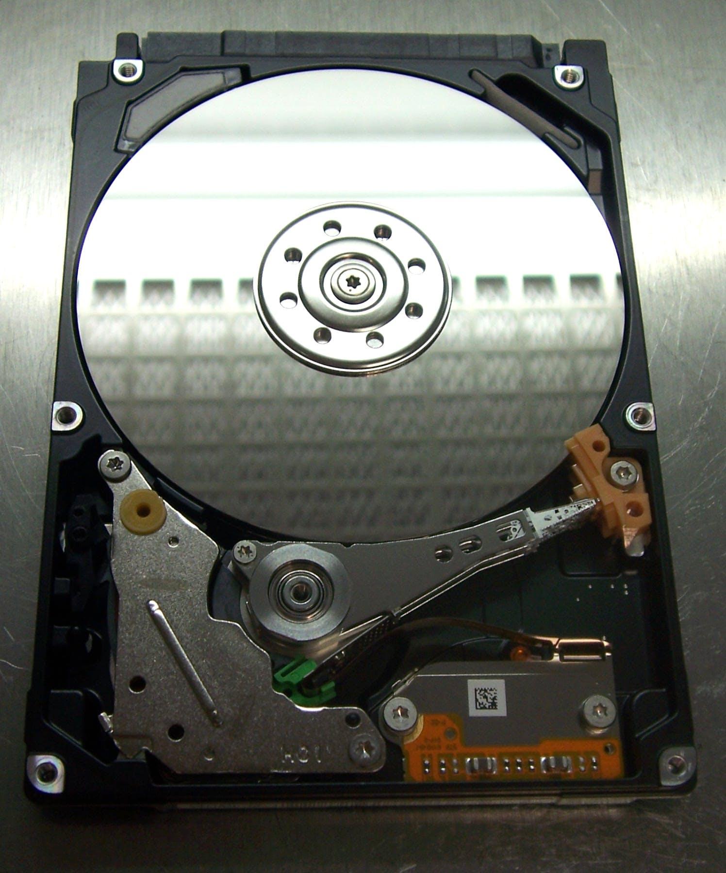 Dysk Toshiba, otwarty w komorze laminarnej. W powierzchni talerza odbija się filtr HEPA.