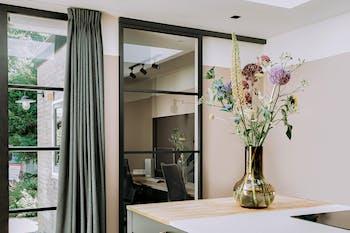 stalen schuifdeur kantoor gordijnen bloemen deadsalmon