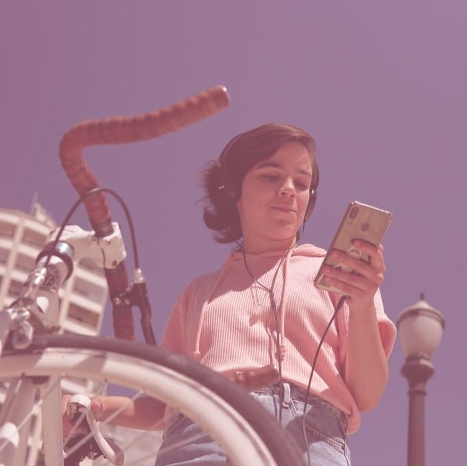 Pessoa utilizando o celular na rua.