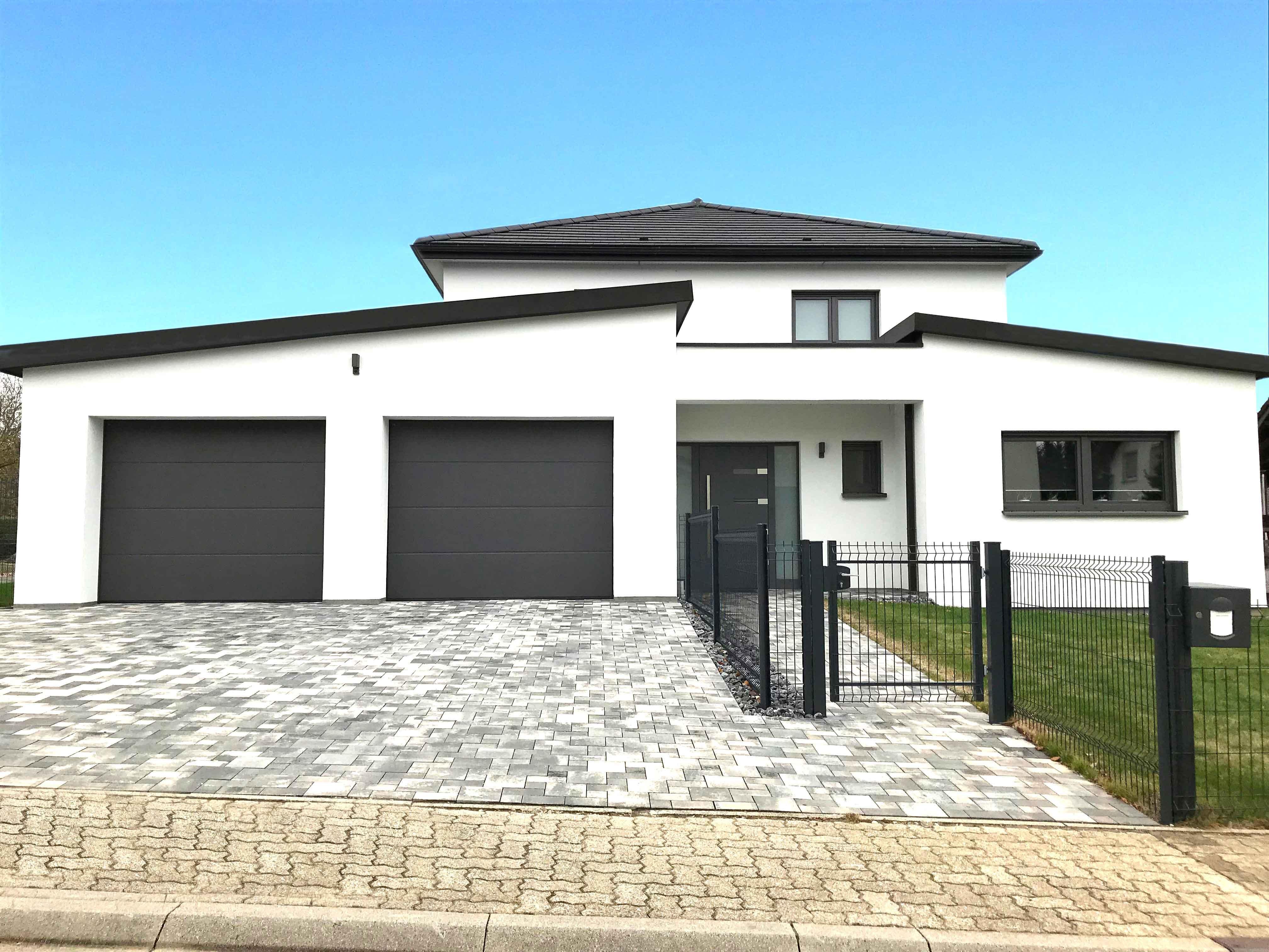 Maison avec fenêtres, porte d'entrée et porte de garage FERMAP