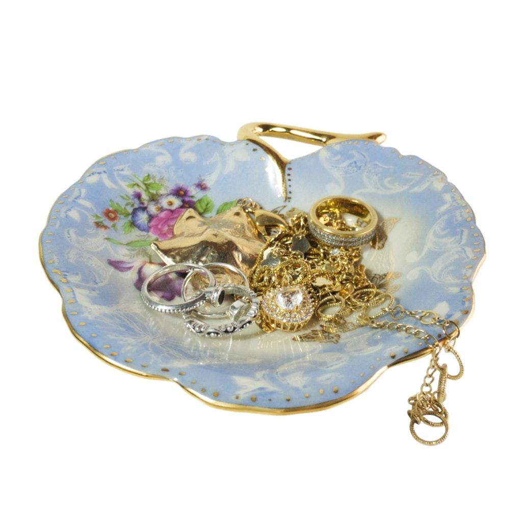 Porta-joias em formato de flor com joias expostas