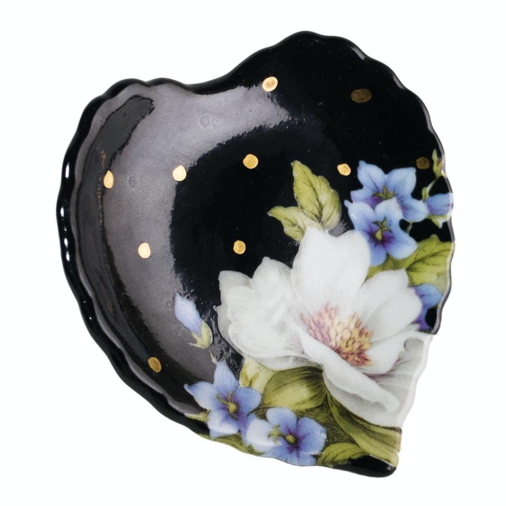 Peça de porcelana em formato de coração pintada de preto