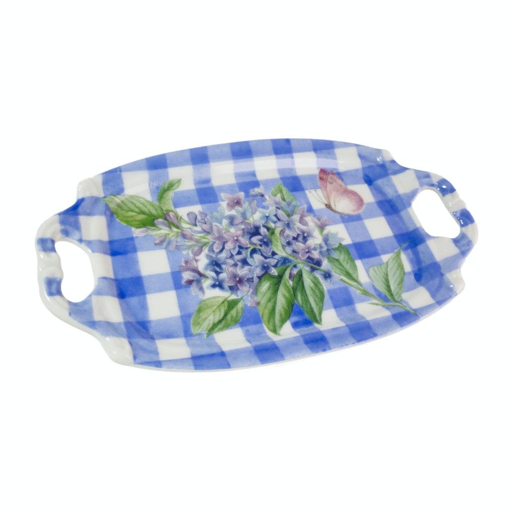 Peça de porcelana em formato de bandeja pintada de azul e branco