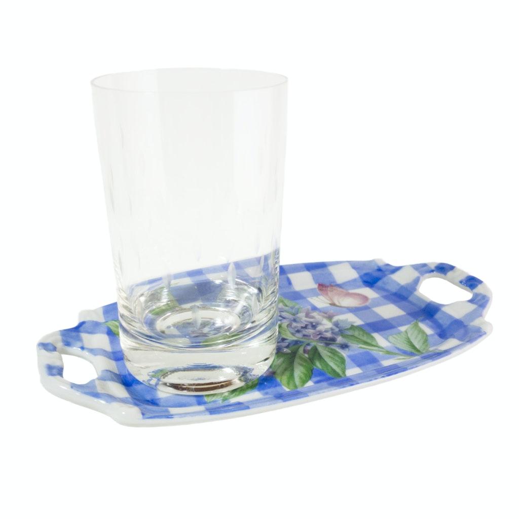 Peça de porcelana em formato de bandeja com copo exposto