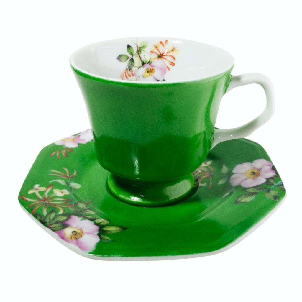 Xícara e pires de porcelana pintado em verde.