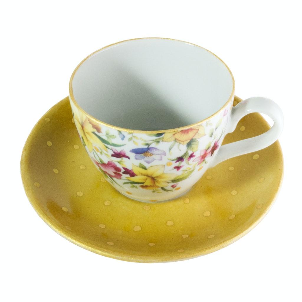 Xícara e pires de porcelana pintadas em dourado