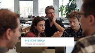 Still uit de video waarin mensen aan het werk zijn aan de app