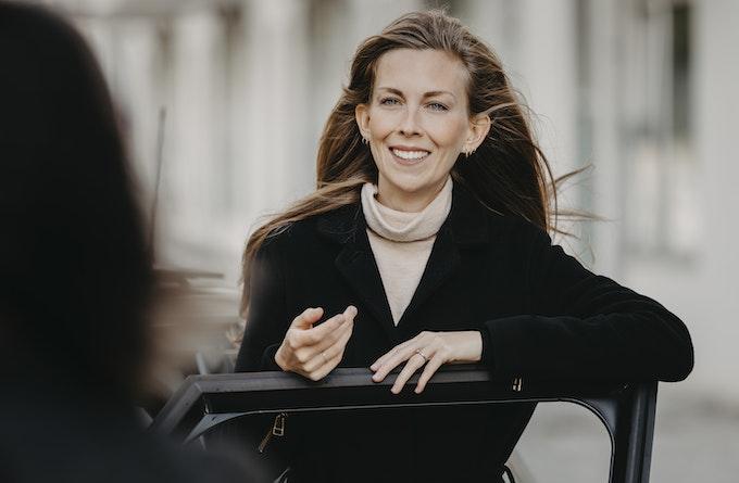 Kvinder der taler ved bil