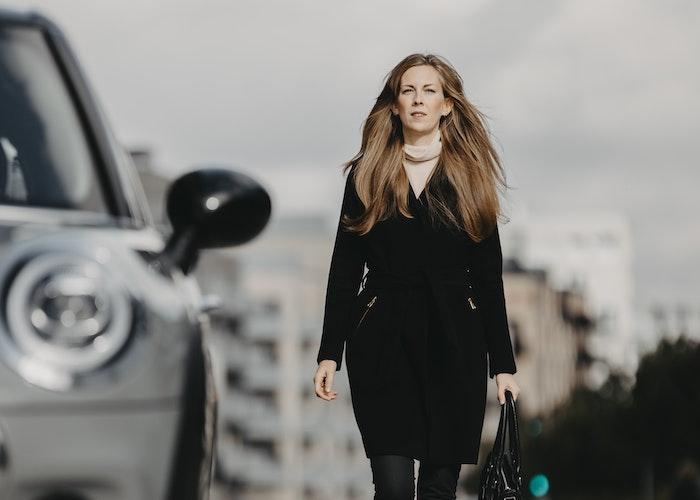Kvinde og bil