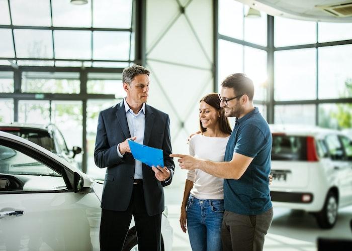 Par hos bilforhandler