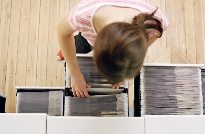 Kvinde ved arkivskuffe