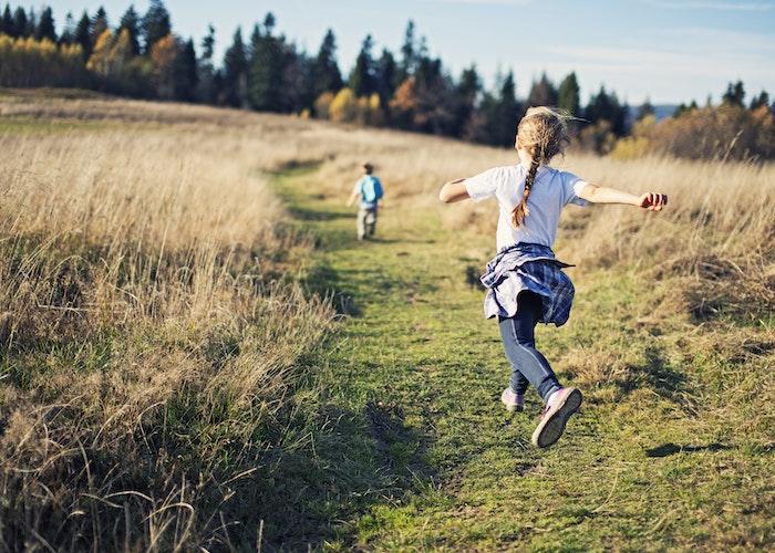 Børn der løber i naturen