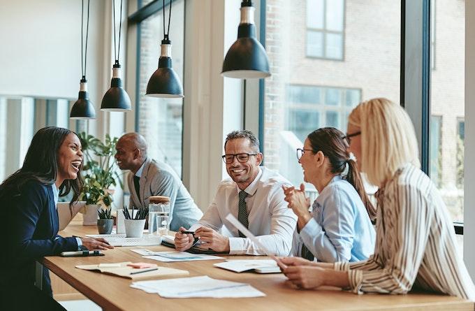 Medarbejdere ved højt bord