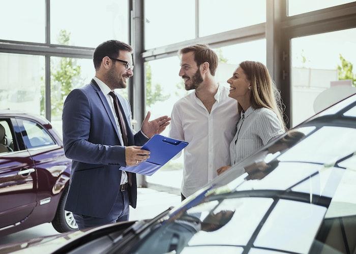 Par køber bil hos bilforhandler