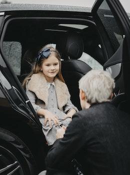 Far og datter i bil