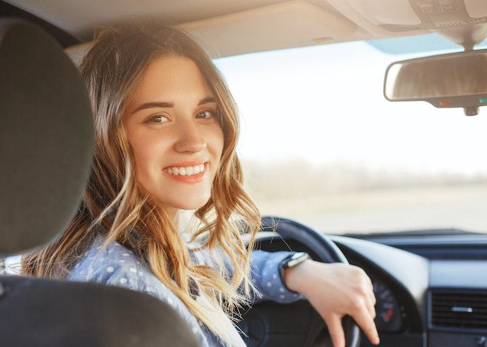 Kvinde der kører bil